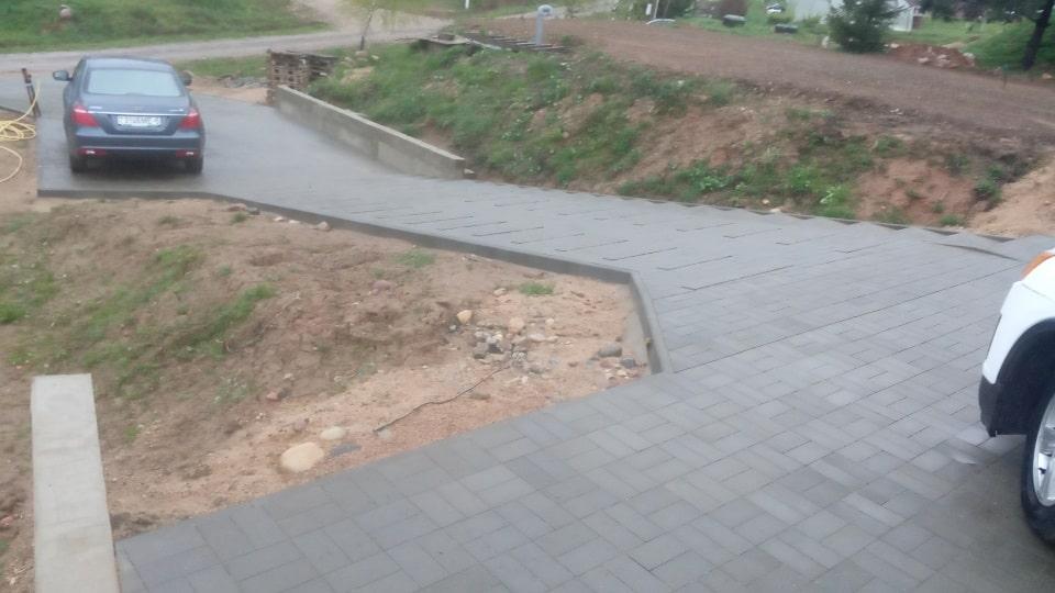 укладка тротуарной плитки на склоне
